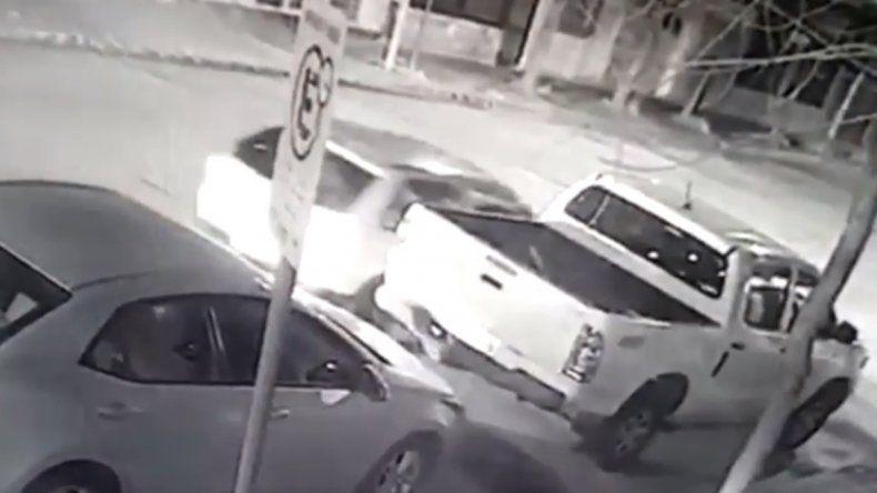 Chocaron a una camioneta estacionada y el dueño los escrachó en las redes