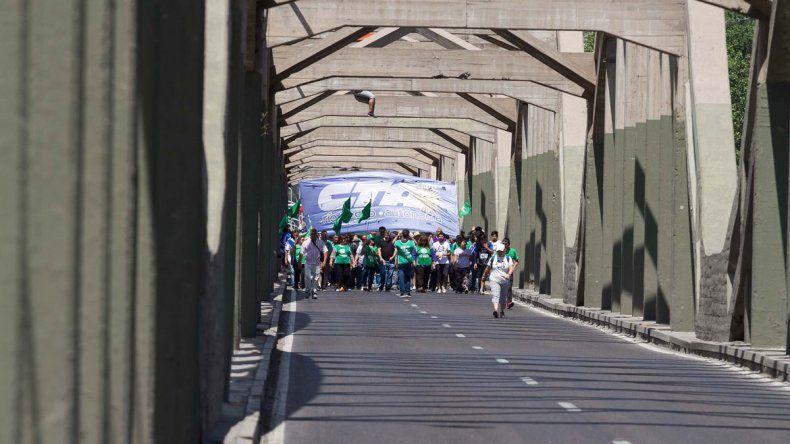 Gremios y organizaciones sociales irán a los puentes carreteros a partir de las 10. Podría haber un corte total.