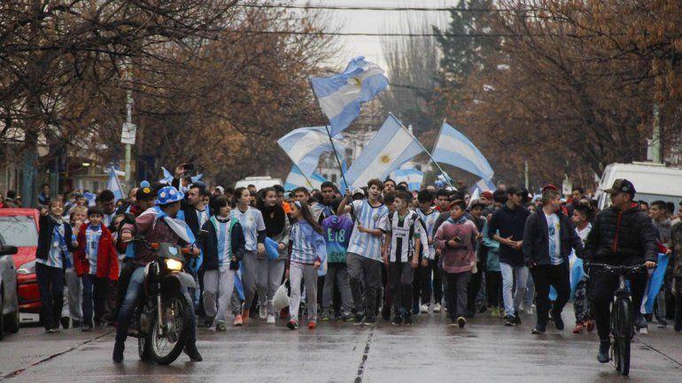 En Cipolletti también se festejó el triunfo de la Selección en las calles