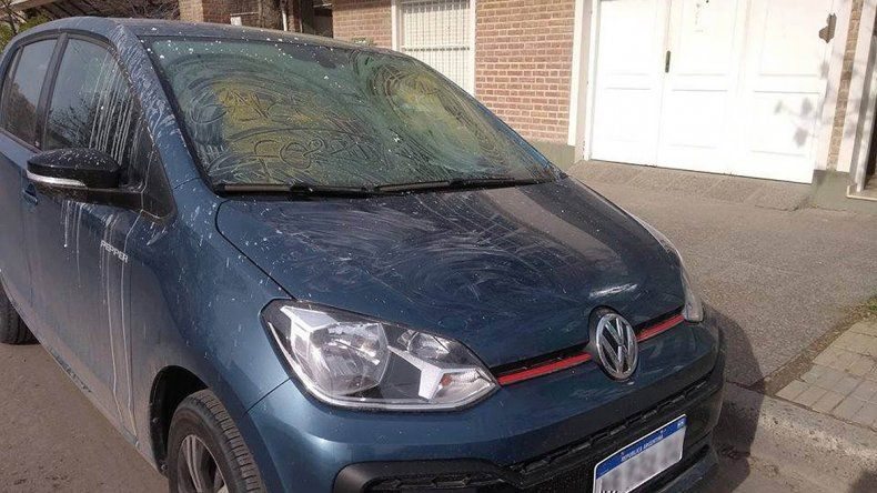 Cansada de que estacionen en su garaje, escrachó un auto con engrudo