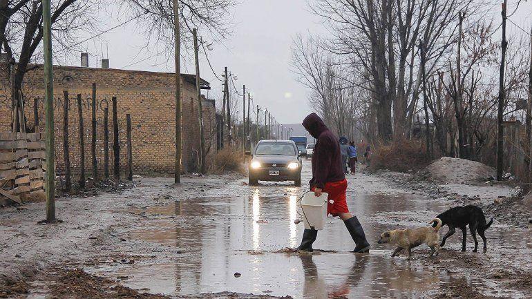 Los vecinos debieron salir con sus palas para evitar la inundación