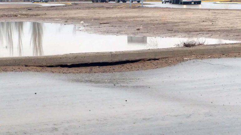 A 9 meses de su inauguración, se hundió el asfalto en el acceso al tercer puente