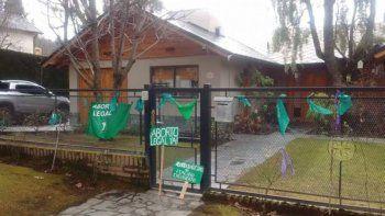 Realizaron un pañuelazo frente a la casa de Larraburu en Bariloche