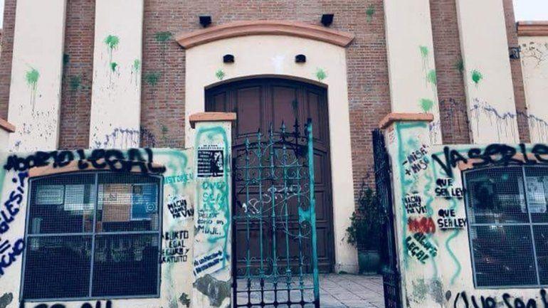 Vecinos indignados por las pintadas en la Iglesia tras la movilización