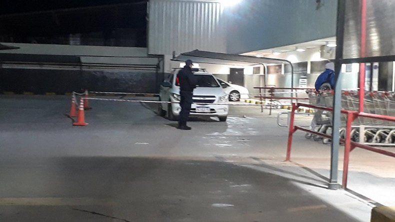 Se pelearon en el estacionamiento del supermercado y uno terminó apuñalado