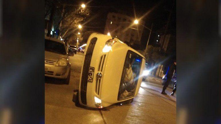 Un adolescente perdió el control, chocó un auto y volcó