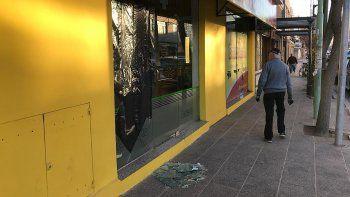 volvieron los rompevidrios: roban dinero y comida de dos locales