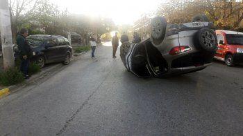 borracho choco contra un auto estacionado y se salvo de milagro