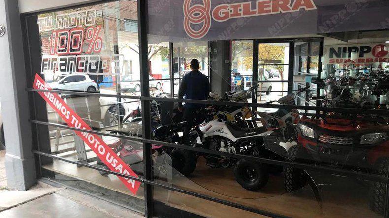Rompieron la vidriera de Nippon Motos y se robaron una mini cross valuada en $60 mil