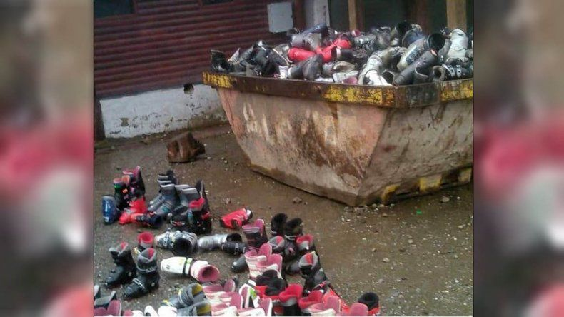 Un comerciante tiró a la basura botas de esquí pero antes las rompió para que no las usen