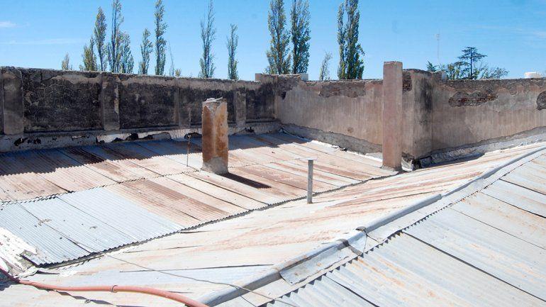 El techo del histórico edificio está muy deteriorado y urge ser refaccionado.