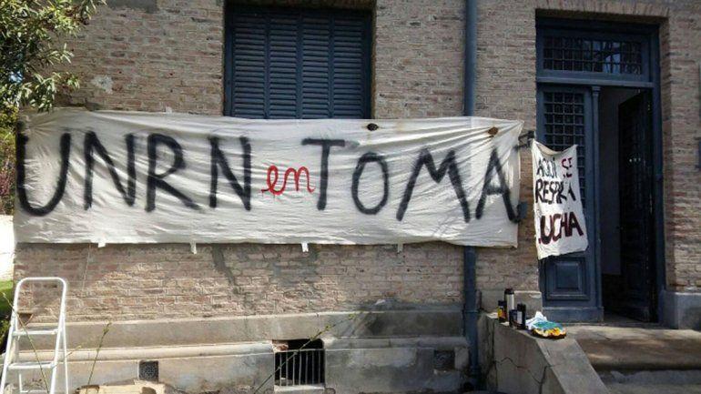 Tensión en la marcha contra la toma en la UNRN