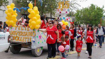 el desfile aniversario unio a los barrios