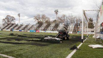 El presidente del Club Cipolletti confirmó que el césped sintético comenzará a retirarse antes de fin de año.