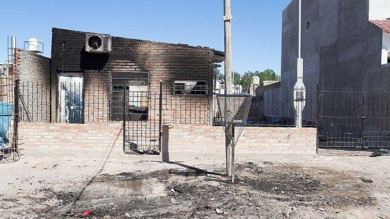 Una familia quedó en la calle tras un voraz incendio