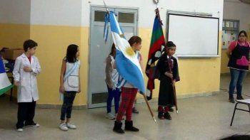 por pedido de una alumna, incluyen una bandera mapuche en un acto