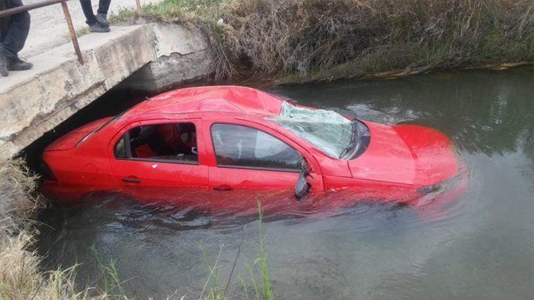 Una mamá y su pequeña hija cayeron al canal tras derrapar sobre la Ruta 151