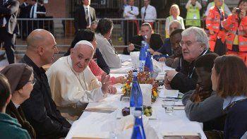 el papa almorzo con 1500 pobres y pidio que se los escuche