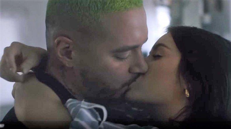 Los fogosos besos entre Lali y J Balvin en el nuevo video de Montaner