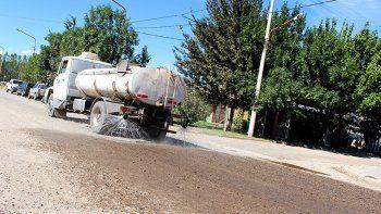 la muni defiende el uso de desechos para regar calles