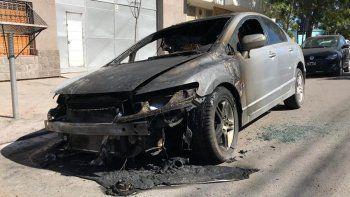 denuncio que su ex le prendio fuego el auto afuera de su casa