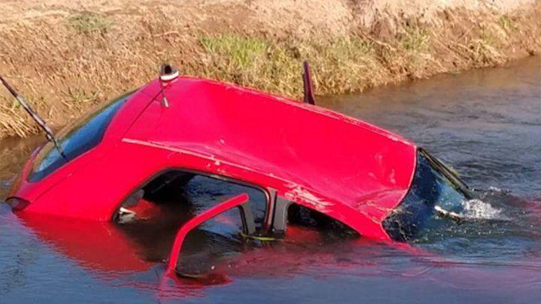 Papá borracho perdió el control y cayó a un canal con sus dos hijitos
