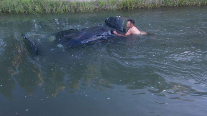 Borracho perdió el control, volcó y terminó adentro de un canal