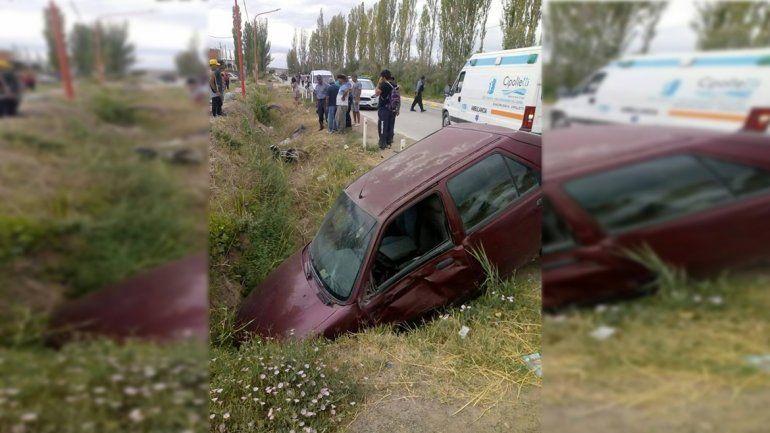 Brutal accidente entre una moto y un auto dejó dos personas heridas
