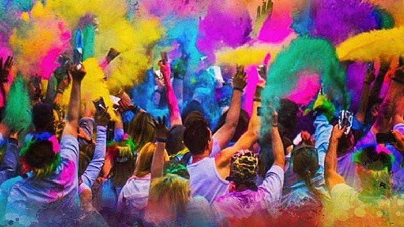 Música, baile y polvos de colores en una fiesta en la playa de Las Grutas
