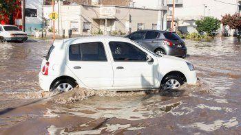 En Toschi y Tres Arroyos se formó un río, se anegaron casas y hubo bronca.