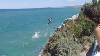 un salto peligroso: se tiro del acantilado al mar en las grutas