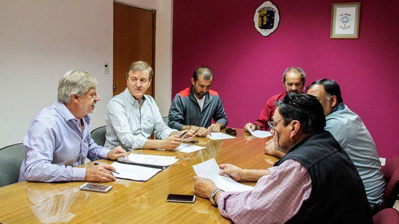 Ofrecen un aumento salarial anual del 39% a los municipales