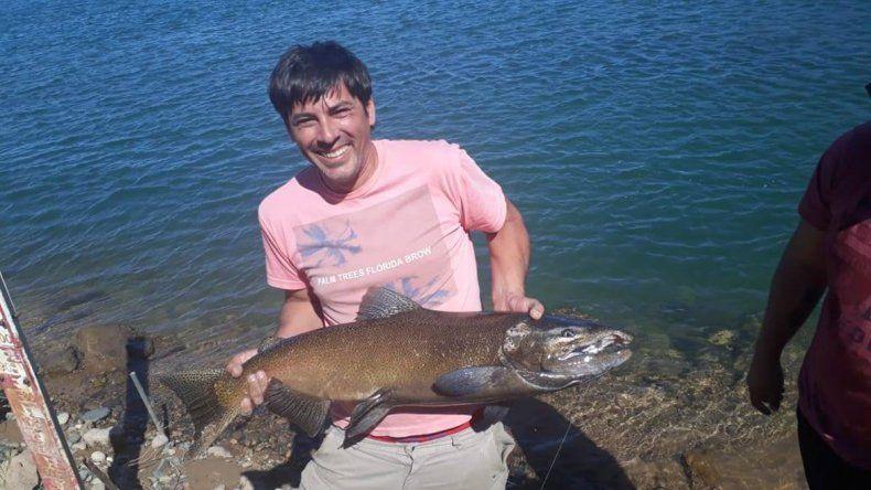 Sorpresa en Arroyito: cipoleño pescó una trucha marrón de 15 kilos