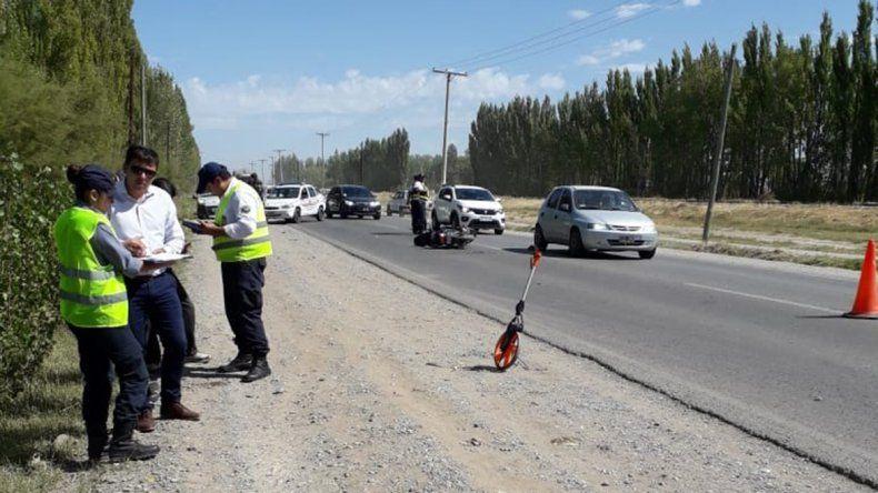 Perdió el control de su moto, cayó en el asfalto y fue atropellado por un auto: está grave
