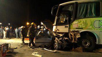 dos jovenes murieron al chocar de frente contra un colectivo