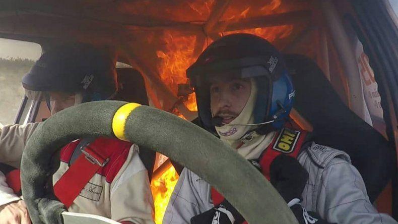 Corrían un rally, se les prendió fuego el auto y todo quedó grabado