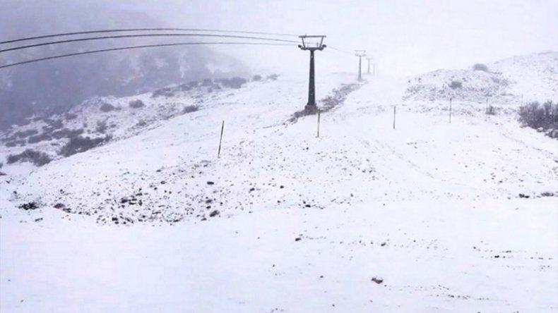 Llegó la nieve: Bariloche quedó vestida de blanco con la primera nevada