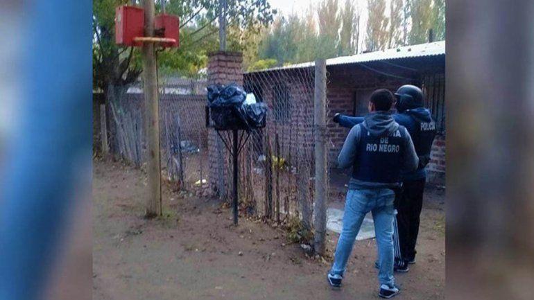 Trío y robo: un grupo de hombres armados atacó la casa de una de las sospechosas