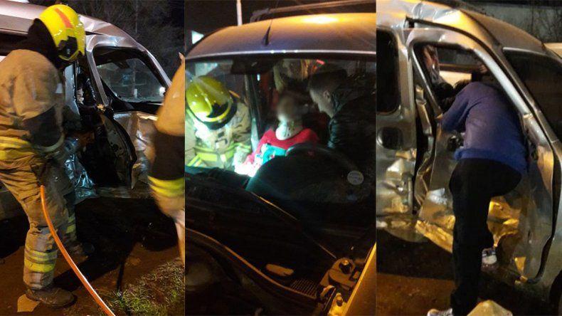 Tras un brutal choque sobre la Ruta 22, una mujer tuvo que ser rescatada por Bomberos