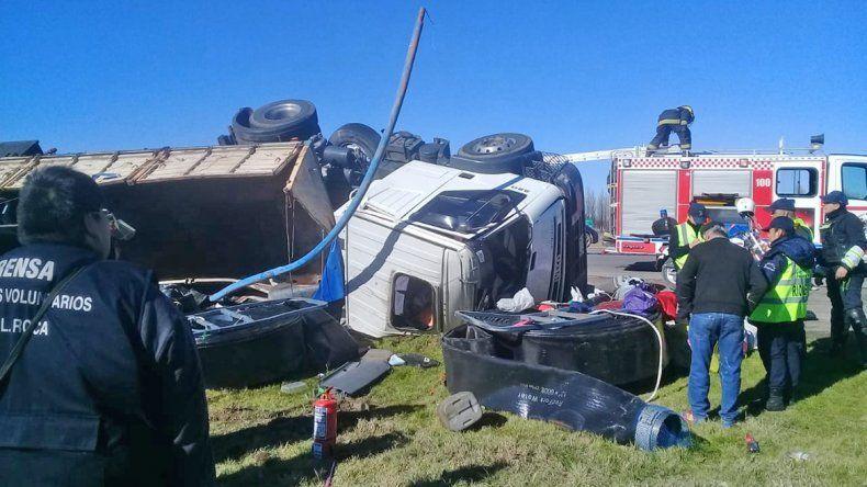 Un camión volcó sobre la Ruta 22 y el conductor tuvo que ser hospitalizado