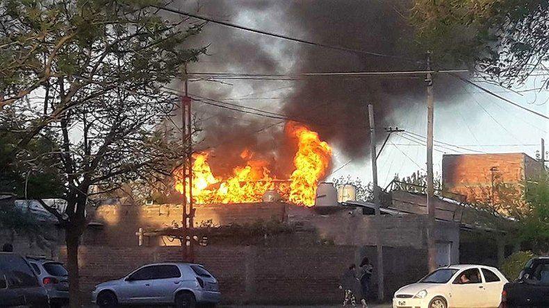 Un devastador incendio dejó sin nada a dos hermanos cipoleños