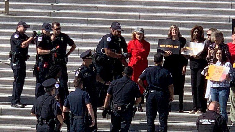 La actriz de Hollywood Jane Fonda fue detenida por protestar en el Capitolio