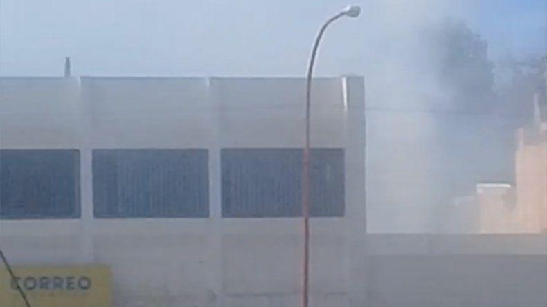 Bomberos informa que el incendio en inmediaciones a Correo Argentino ya fue sofocado