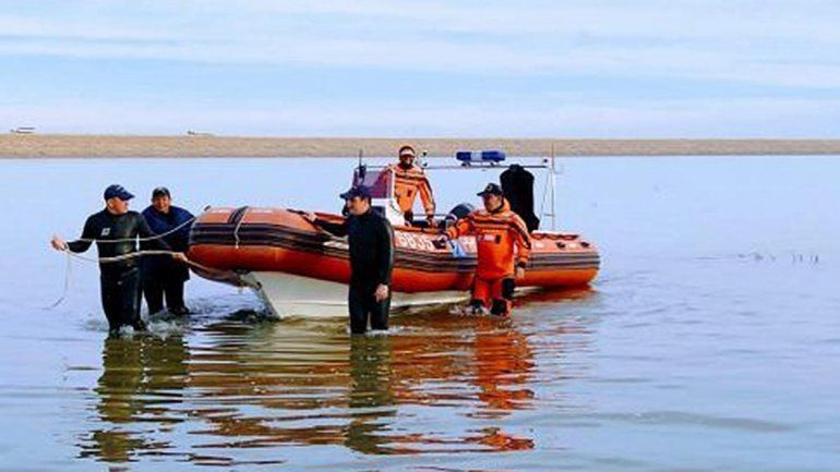 Marchan en Catriel para que retomen la búsqueda de los pescadores