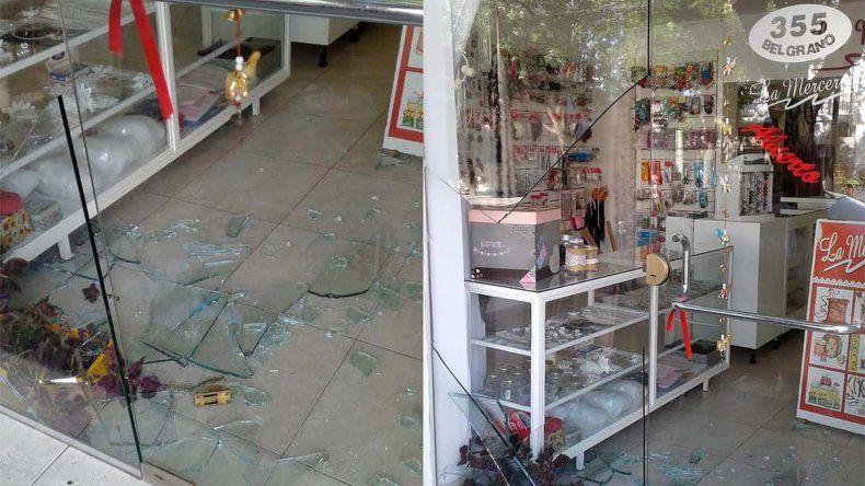 Destruyen vidriera de otro negocio para entrar a robar