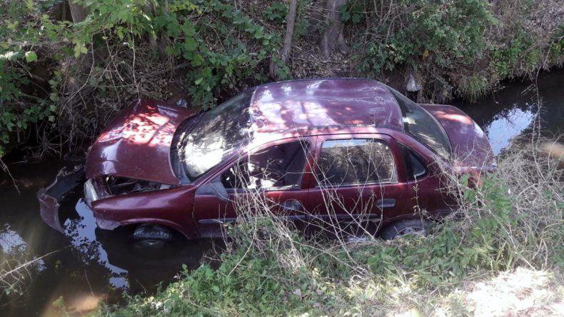 Insólito secuestro de un auto que cayó a un desagüe