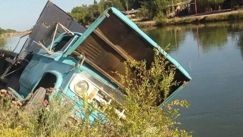 Manejaba en zigzag con su camión, se escapó de un control y casi cae a un canal de riego