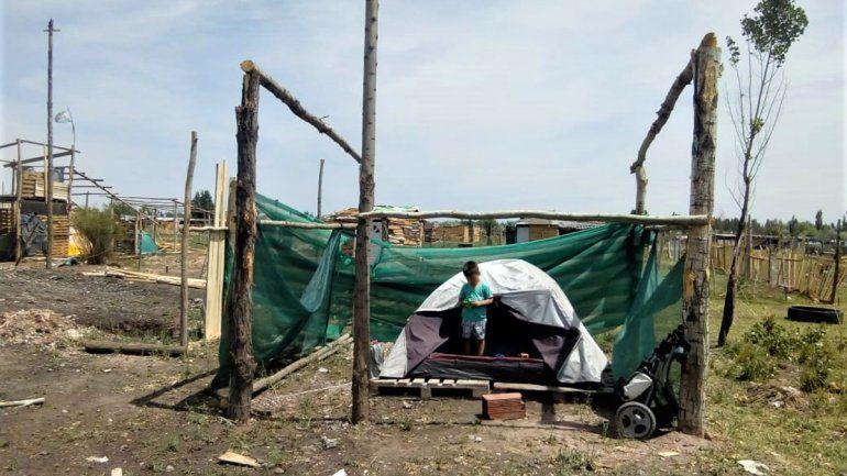 Joven madre y su hijo con autismo viven en una carpa porque no pueden pagar el alquiler