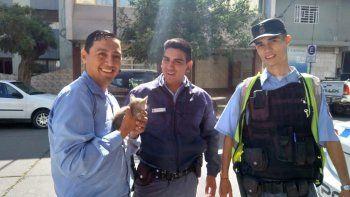 policias rescataron a una gatita atrapada en el motor de un auto