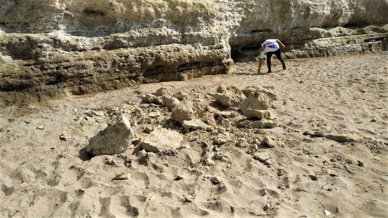 Un derrumbe causó susto en la playa de Las Grutas